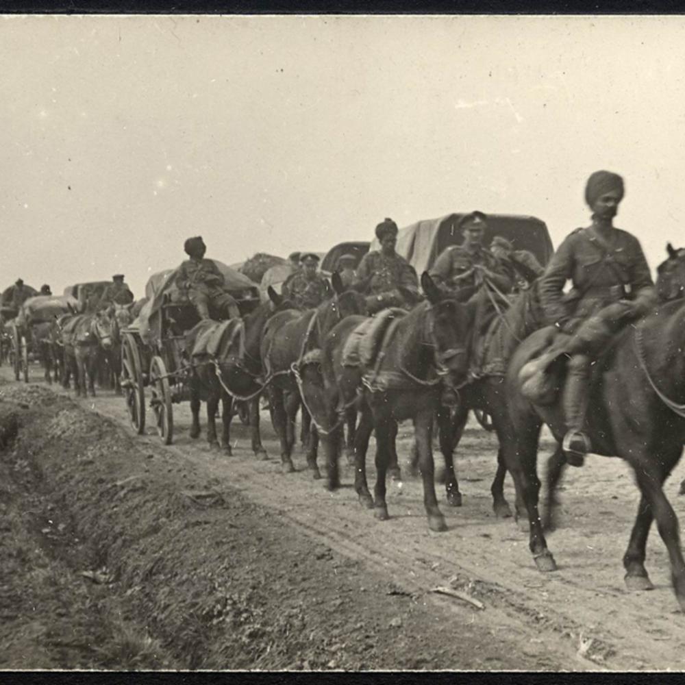 [Défilé de troupes Indiennes à cheval]